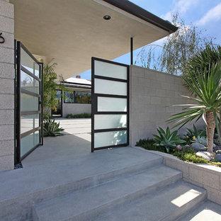 Bild på en stor 60 tals ingång och ytterdörr, med glasdörr