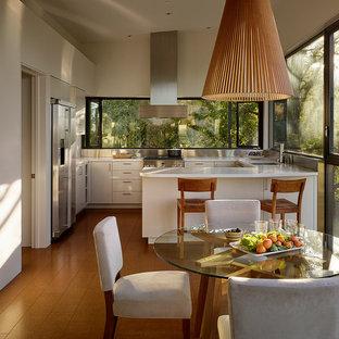 Idée de décoration pour une petit porte d'entrée design avec un mur beige, un sol en liège, une porte simple et une porte en bois brun.