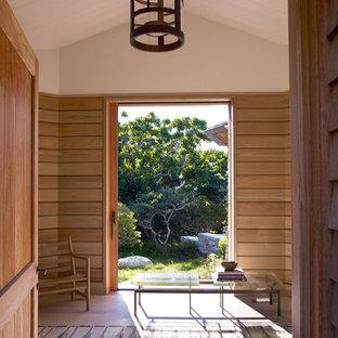 Foto de entrada marinera con paredes beige, puerta corredera y puerta de madera clara