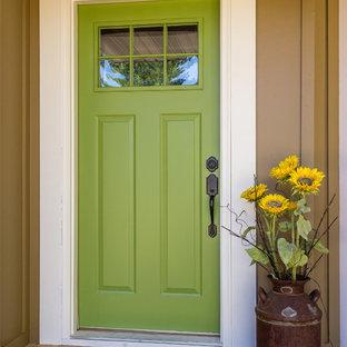 Imagen de puerta principal costera con paredes beige, puerta simple y puerta verde
