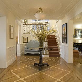 Неиссякаемый источник вдохновения для домашнего уюта: прихожая в классическом стиле с белыми стенами