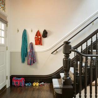 サンフランシスコのヴィクトリアン調のおしゃれな玄関ロビー (白い壁、濃色無垢フローリング、白いドア) の写真