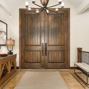 Exemple d'une porte d'entrée montagne de taille moyenne avec un mur blanc, un sol en bambou, une porte double et une porte en bois foncé.