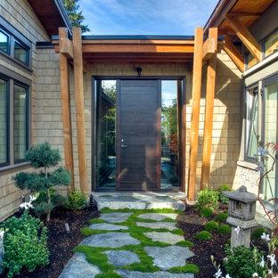バンクーバーの片開きドアコンテンポラリースタイルのおしゃれな玄関 (濃色木目調のドア) の写真