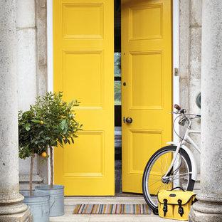 Imagen de puerta principal clásica renovada con puerta doble y puerta amarilla