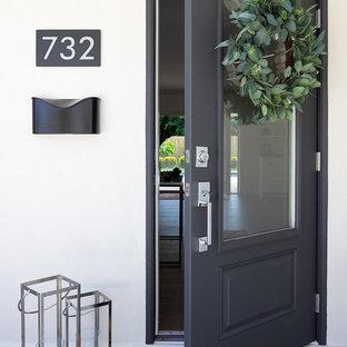 Foto di una porta d'ingresso marinara con una porta singola e una porta nera