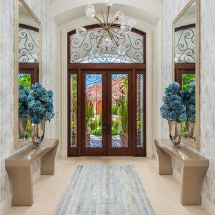 Aménagement d'un grand hall d'entrée méditerranéen avec mur métallisé, un sol en marbre, une porte double, une porte en verre, un sol beige, un plafond à caissons et du papier peint.
