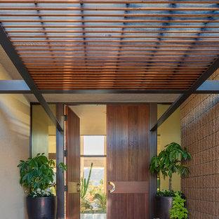 ワシントンD.C.の大きい両開きドアコンテンポラリースタイルのおしゃれな玄関ドア (ベージュの壁、トラバーチンの床、木目調のドア、ベージュの床) の写真
