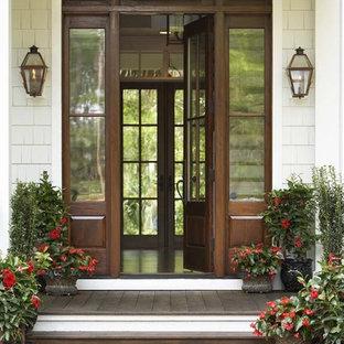チャールストンの大きい片開きドアトラディショナルスタイルのおしゃれな玄関ドア (濃色木目調のドア) の写真