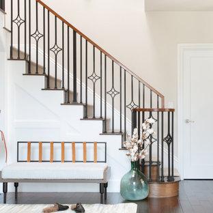 Idéer för en stor klassisk hall, med beige väggar, en enkeldörr, en brun dörr och brunt golv