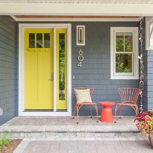 Ispirazione per un ingresso o corridoio classico con pareti grigie, una porta singola e una porta gialla