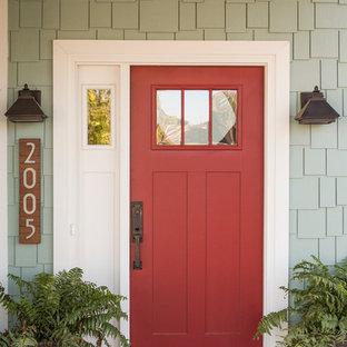 Foto di una grande porta d'ingresso stile americano con una porta singola e una porta rossa