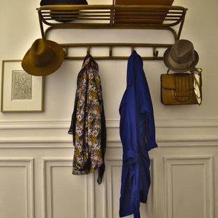 Idée de décoration pour un hall d'entrée style shabby chic avec un mur beige et un sol en bois brun.