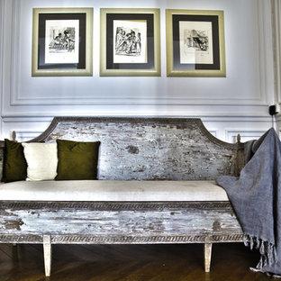 Aménagement d'un hall d'entrée romantique avec un mur beige et un sol en bois brun.