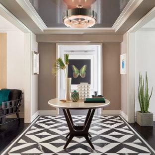 Modern inredning av en mellanstor foajé, med beige väggar, marmorgolv, en enkeldörr, metalldörr och flerfärgat golv