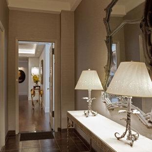 Modern inredning av en mellanstor farstu, med vita väggar, en enkeldörr, metalldörr och klinkergolv i porslin