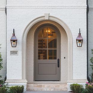 Foto på en vintage ingång och ytterdörr, med en enkeldörr och en grå dörr