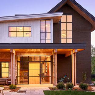 Exempel på en stor lantlig ingång och ytterdörr, med en enkeldörr och ljus trädörr