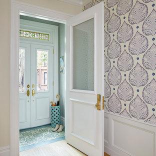 Bild på en liten vintage farstu, med lila väggar, klinkergolv i porslin, en dubbeldörr, en vit dörr och grönt golv