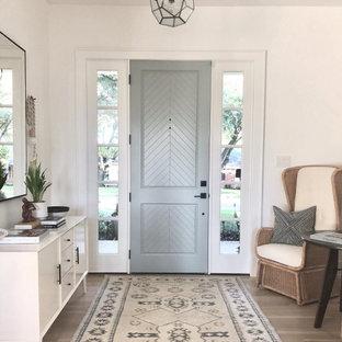 Idéer för att renovera en vintage entré, med vita väggar, mellanmörkt trägolv, en enkeldörr, en grå dörr och brunt golv