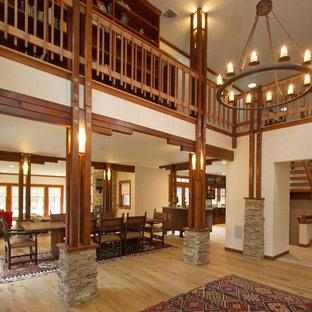 Idéer för stora vintage foajéer, med beige väggar, ljust trägolv, en enkeldörr och en brun dörr