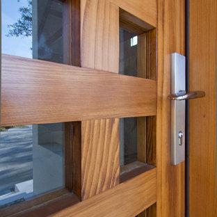 Mittelgroße Moderne Haustür mit lila Wandfarbe, Porzellan-Bodenfliesen, Einzeltür und hellbrauner Holztür in Tampa