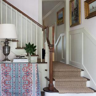 オースティンのトラディショナルスタイルのおしゃれな玄関 (ピンクの壁) の写真