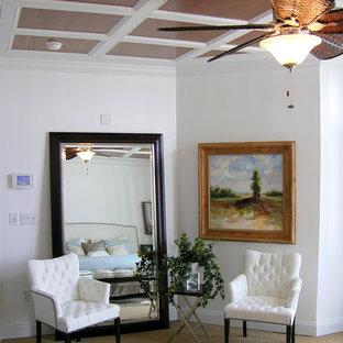 Свежая идея для дизайна: узкая прихожая среднего размера в морском стиле с белыми стенами, ковровым покрытием и коричневым полом - отличное фото интерьера