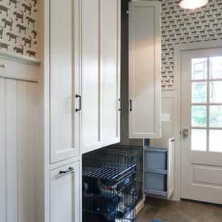 Пример оригинального дизайна: большой тамбур со шкафом для обуви в стиле неоклассика (современная классика) с коричневыми стенами, полом из керамогранита, одностворчатой входной дверью и стеклянной входной дверью