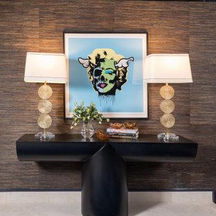 Moderner Eingang mit Foyer, brauner Wandfarbe, Marmorboden, beigem Boden und Tapetenwänden in Sonstige