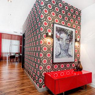 Idéer för att renovera en stor funkis foajé, med mellanmörkt trägolv, röda väggar och brunt golv