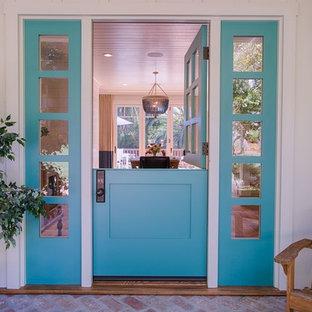 Esempio di una porta d'ingresso country di medie dimensioni con pareti bianche, pavimento in legno massello medio, una porta olandese, una porta blu e pavimento marrone