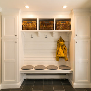 Ejemplo de vestíbulo posterior minimalista, de tamaño medio, con paredes beige, suelo de baldosas de cerámica, puerta simple y puerta blanca