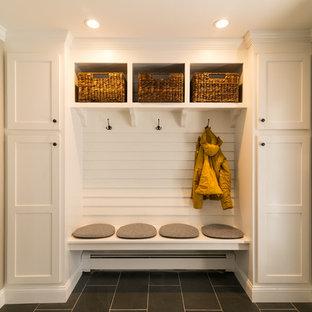 Idéer för att renovera ett mellanstort funkis kapprum, med beige väggar, klinkergolv i keramik, en enkeldörr och en vit dörr