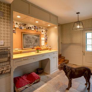 Bild på ett stort vintage kapprum, med beige väggar, travertin golv och en enkeldörr