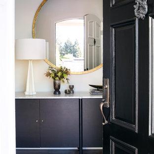 Modelo de entrada clásica con suelo de madera oscura, puerta simple y puerta negra