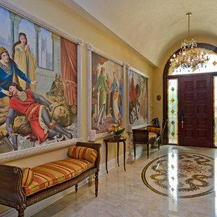 Exemple d'une entrée victorienne avec un couloir et un mur jaune.