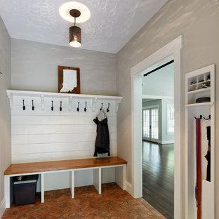 Свежая идея для дизайна: тамбур среднего размера в стиле современная классика с серыми стенами, кирпичным полом и красным полом - отличное фото интерьера