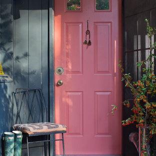 Idéer för att renovera en shabby chic-inspirerad entré, med en röd dörr