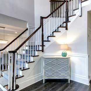 Inspiration för en mellanstor vintage foajé, med grå väggar, mörkt trägolv, en enkeldörr, en vit dörr och brunt golv