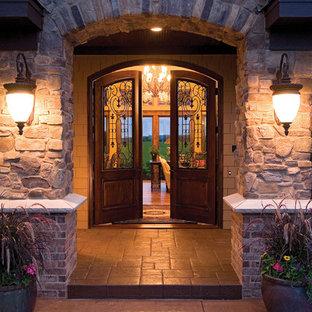 Cette photo montre une entrée chic avec une porte en verre.