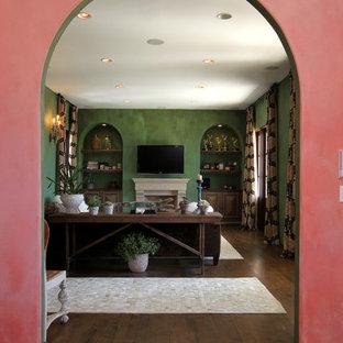 ロサンゼルスの大きい両開きドア地中海スタイルのおしゃれな玄関ロビー (ピンクの壁、濃色無垢フローリング、青いドア、茶色い床) の写真
