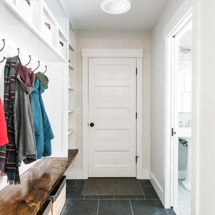ポートランド(メイン)の中くらいのカントリー風おしゃれなマッドルーム (白い壁、スレートの床、グレーの床) の写真