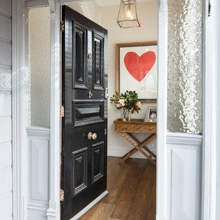メルボルンの巨大な片開きドアヴィクトリアン調のおしゃれな玄関ドア (白い壁、濃色無垢フローリング、黒いドア) の写真