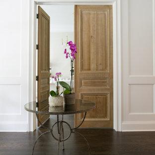 Klassische Haustür mit weißer Wandfarbe, braunem Holzboden, Doppeltür, dunkler Holztür und vertäfelten Wänden in Kolumbus