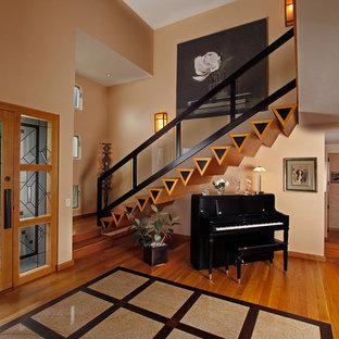 На фото: фойе в современном стиле с оранжевыми стенами