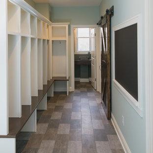 Idéer för att renovera ett stort vintage kapprum, med blå väggar, vinylgolv och mörk trädörr