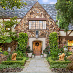 traditional entry by HartmanBaldwin Design/Build