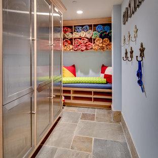Idéer för stora lantliga kapprum, med blå väggar, skiffergolv, en enkeldörr och en vit dörr