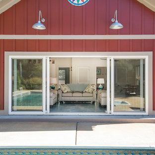 Diseño de puerta principal costera, pequeña, con paredes rojas, suelo de cemento, puerta corredera, puerta de vidrio y suelo azul